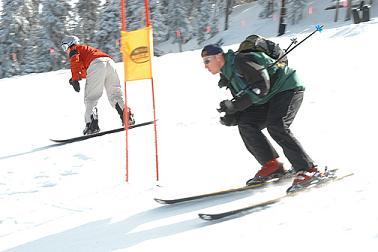 een studenten reisverzekering is handig bij een skivakantie; foto publiek domein wiki